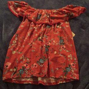 Adorable floral top! Can be worn off the shoulder